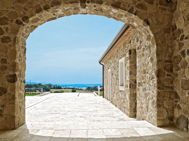 Realizzazioni in pietra ricostruita per interni ed esterni for Case con rivestimenti in pietra
